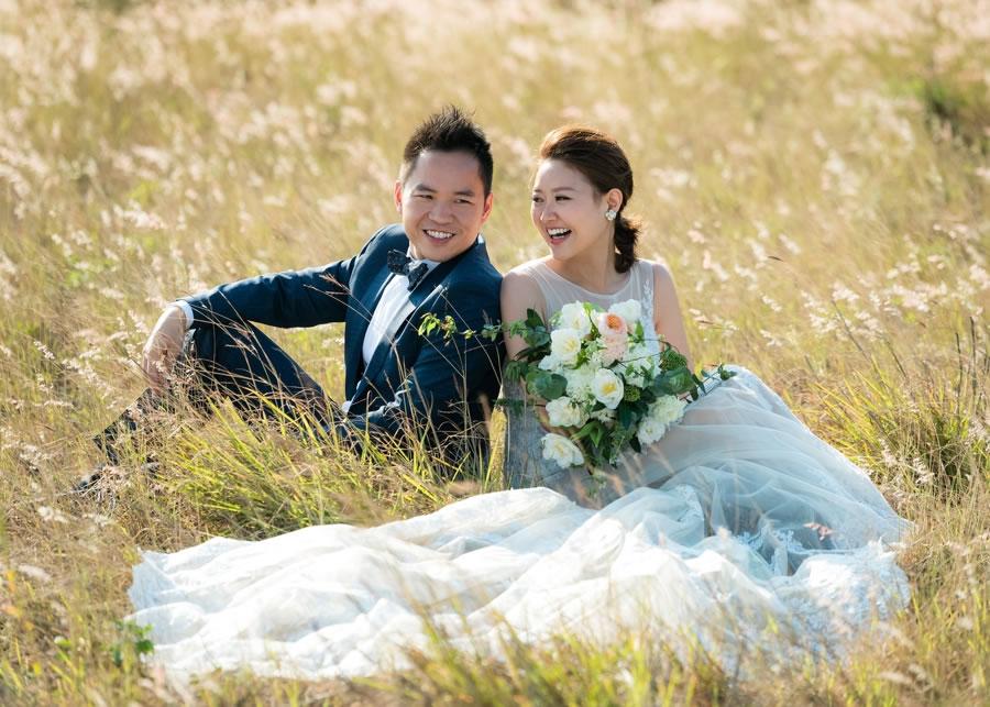 """[ 自然系 婚紗 ] 自然的很漂亮 我常常問我的新人,你們期望婚紗照中的自己是什麼樣子,大部分的答案都是""""自然""""。 他們喜歡我拍攝的婚紗照中呈現的自然表情、瞬間、還有真情流露的情感。 當然絕大部分的新娘還是要""""自然的很漂亮""""! 看到相機會緊張是很正常的,我們都不是專業麻豆,所有新人都一樣,我們面對鏡頭會感到緊張、不自在,甚至有些新人會直接告訴我,Roger 我覺得自己很不上相。即使如此,在最後的成品當中,他們看起來是非常自然而且開心。"""