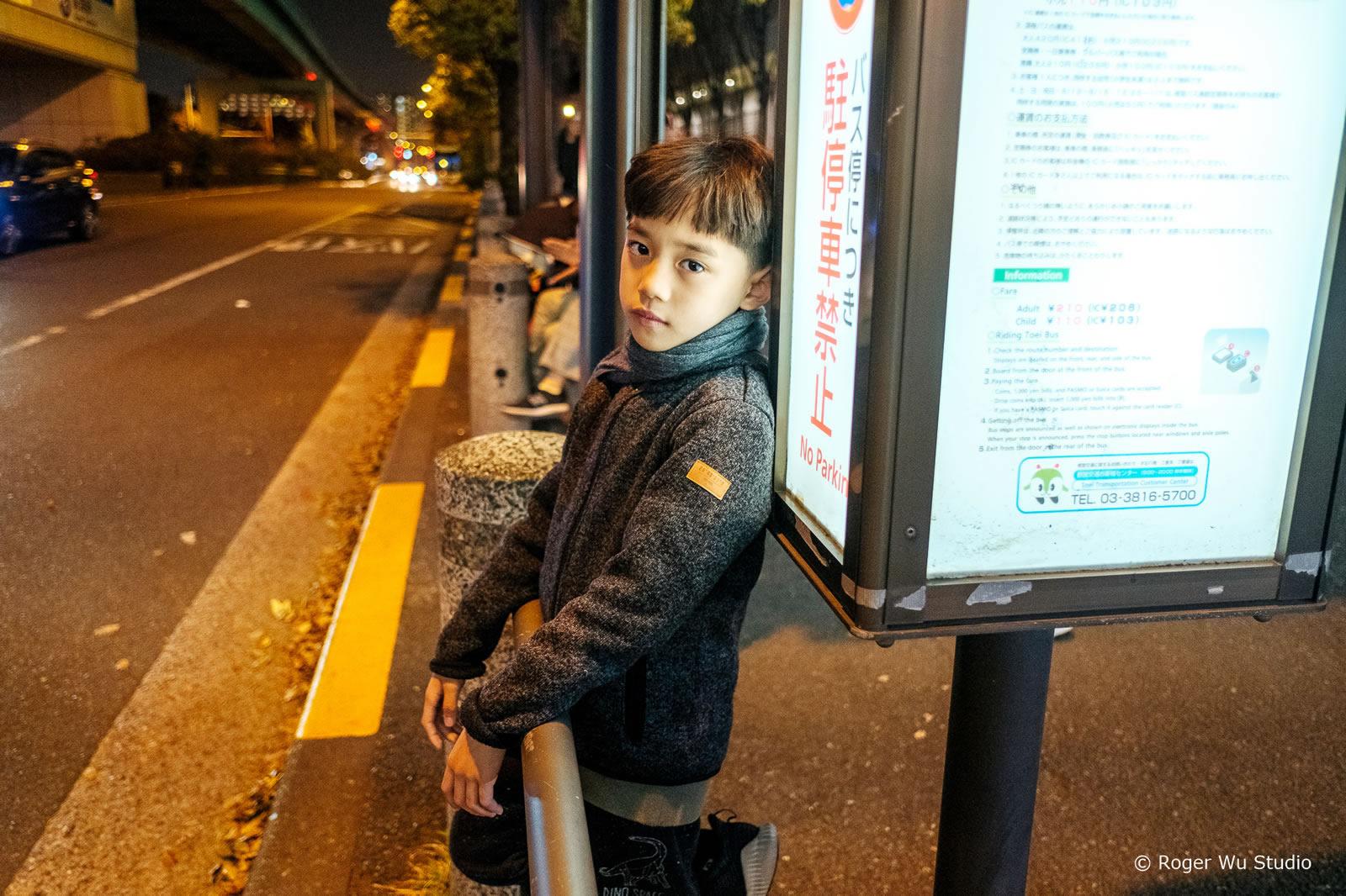 父子一場 早上他又對著馬桶蓋花灑, 我要求他現在只能坐著尿尿, 等你「控制水柱的技術」變好才能站著尿尿。 . 他跑去跟阿嬤抱怨: 「這個家很煩,我要離家出走! 我是男生,男生怎麼可以坐著尿尿??」 Roger Wu 攝影:東京 / 台場